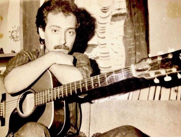 عکس جوانی از فرهاد دریا در کنار گیتار خود
