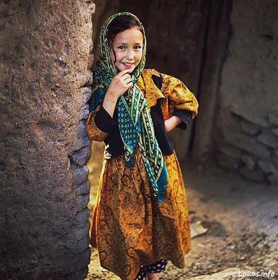 دختر بچه افغان با لباس محلی
