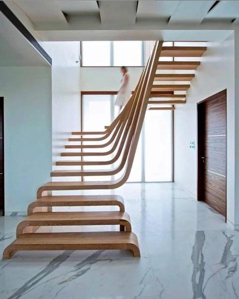 راه پله چوبی زیبا از نمای داخلی ساختمان