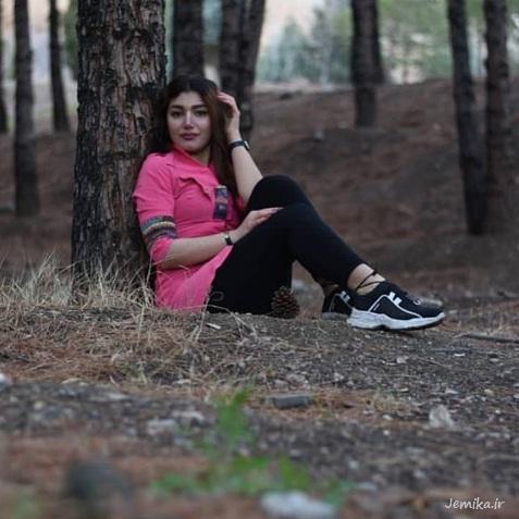 ژست عکس دخترانه در کنار درخت